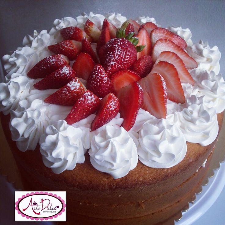 Torta de vainilla con chantilly y fresas