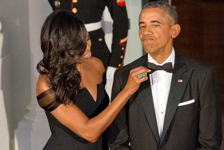 Michelle Obama ajusta el lazo de Barack Obama, mientras se preparan para recibir…
