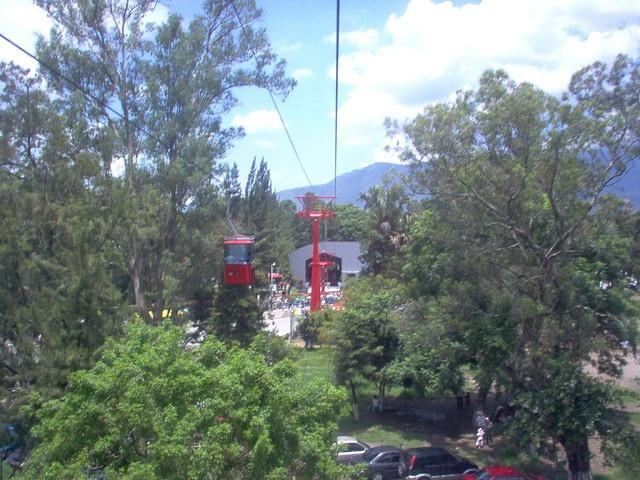 Iniciando la subida [en el teleférico de amatitlan de Guatemala] by romerogt, via Flickr
