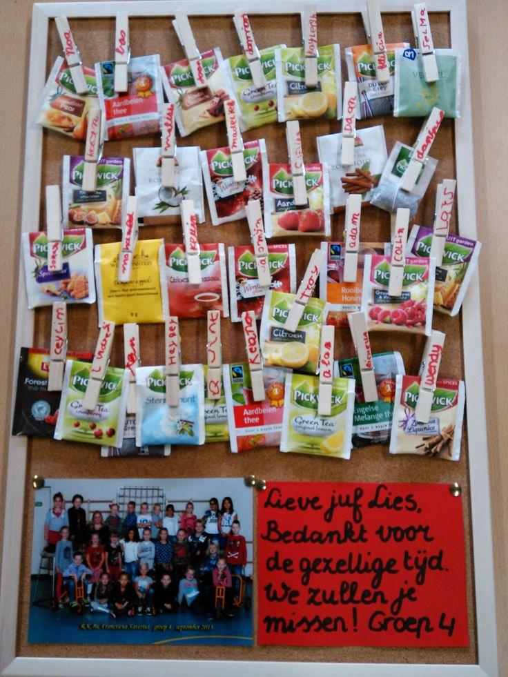 Afscheidscadeautje voor stagiaire. Prikbord met knijpers met namen van de kinderen er op. Punaise achter op knijper gelijmd, de knijpers kunnen later in eigen klas op prikbord gebruikt worden. Elk kind heeft eigen theezakje meegenomen.