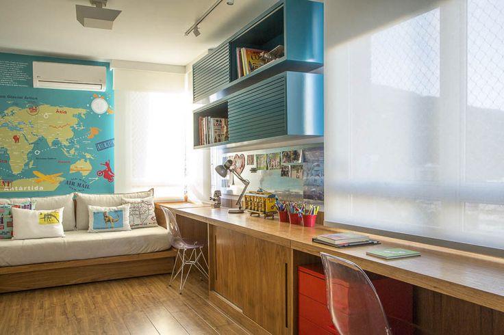 A designer de interiores RENATA FRAGELLI quebrou paredes, juntou dois quartos em um, e desenhou um ambiente integrado para sua dupla dinâmica, PEDRO e GUILHERME.  Fotos: André Nazareth