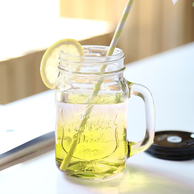 """As Canecas Potes ou Mason Jar são a nova moda POP, cheia de estilo elas proporcionam uma apresentação toda especial para suas bebidas como, por exemplo, em caipirinhas, mojitos e água saborizadas. Escrito em relevo: """"Quality   Refreshing Ice Cold Drink   Glassware"""" / """"Qualidade   Bebida RefrescanteGelada   Vidro"""".  """"Caneca Pote de Vidro com Tampa e Canudo reutilizável 450ml Transparente."""" Material e tampa de metal com canudo de plástico."""