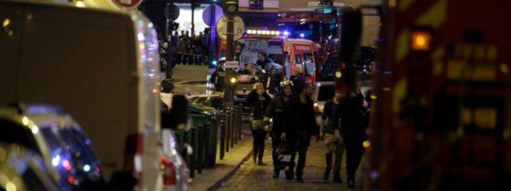 Au moins 46 personnes ont été tuées vendredi soir lors d'attaques simultanées à Paris, selon un nouveau bilan. Les attaques ont eu lieu à proximité du Stade de France et dans les Xe et XIe arrondissements de la capitale, où un prise d'otages était en cours dans la salle de spectacle du Bataclan. La maire de Paris et la Préfecture de Paris demandent aux habitants de ne pas sortir de chez eux. François Hollande annonce la mise en place de l'état d'urgence et la fermeture des frontières.