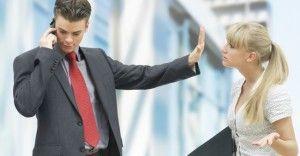 Odcinek 3: Profesjonalista wobec nieuprzejmości. Często w miejscu pracy musimy radzić sobie z nieuprzejmością współpracowników lub partnerów biznesowych. Więcej na: http://www.krawatimuszka.pl/etykieta-w-biznesie/profesjonalista-tarapatach-odc-3/