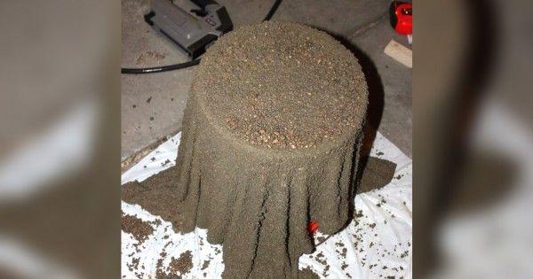 Она замочила полотенце в цементе… Стоит лишь ему высохнуть, как получится превосходная вещь!