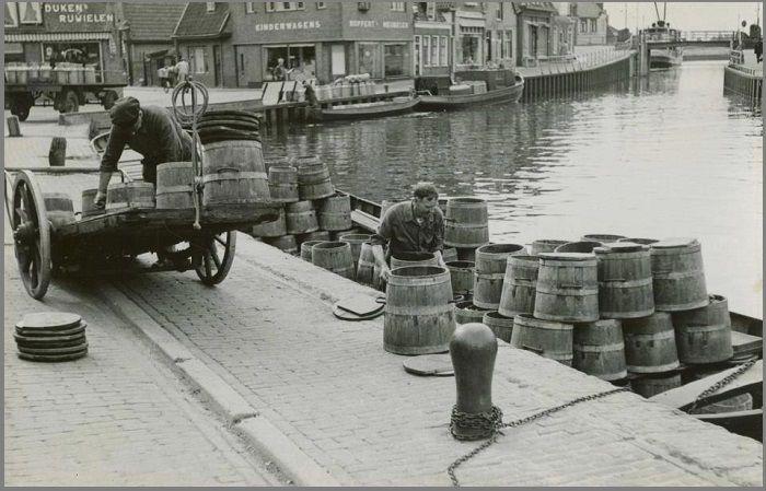 Transport van tonnen vanuit Lemmer.