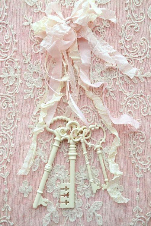 pink & white / shabby romantic cottage chic / skeleton keys on lace / https://www.facebook.com/MormorsStuer