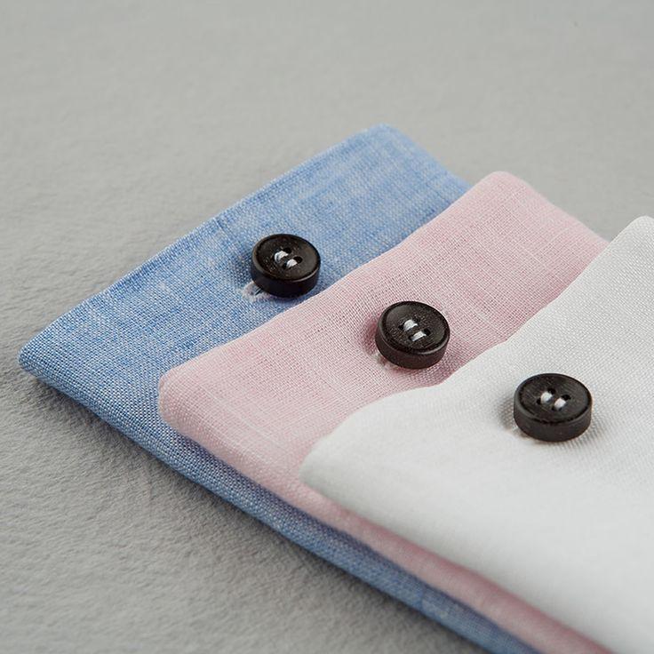 Pochette Uomo Eyelet Ebony Limited Edition.  Asola di filato italiano di cotone colorato di qualità. Bottone di ebano lavorato a mano. Il tessuto della pochette è un lino di alta gamma. #eyeletmilano #madeinitaly #pocketsquares