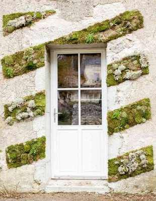 Facade decoree de mousse Leroy-Merlin. Love this idea of using moss and succulents to decorate this rustic wall.