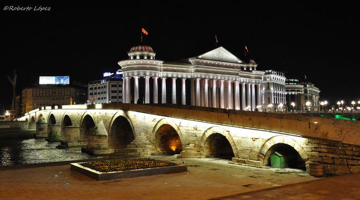 Puente de piedra: es un puente sobre el río Vardar en Skopie, la capital de la República de Macedonia. El puente es considerado un símbolo de Skopie y es el elemento principal del escudo de armas de la ciudad, que a su vez se incorpora en la bandera de la ciudad.