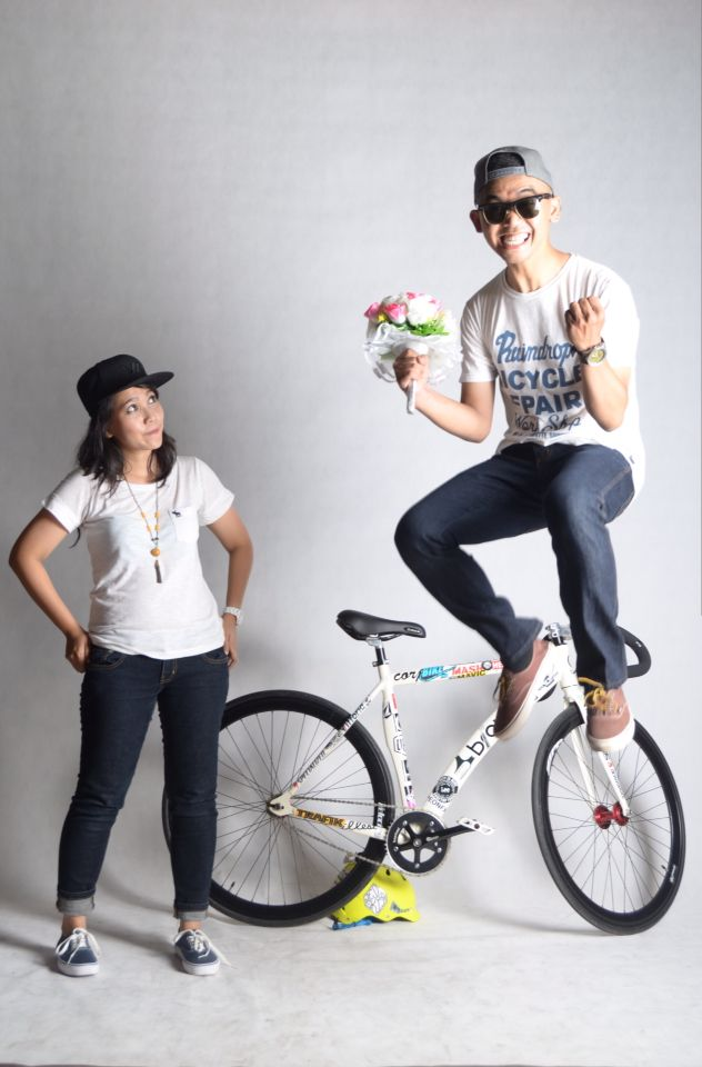 Motion Celebration Weeding #photography #prewedding concept #indoor #idea #momment #fixie #bycle