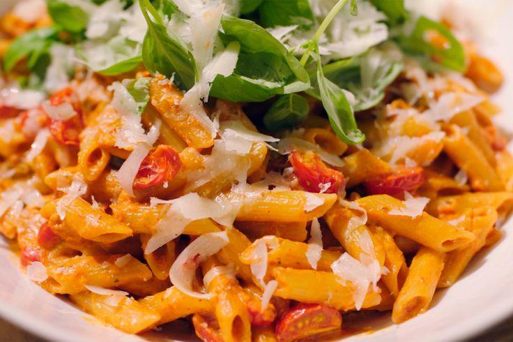 Jeroen begint het nieuwe jaar met een eenvoudige maar lekkere vegetarische pasta. De romige tapenade is klaar in een handomdraai en je brengt alles op smaak met kappertjes, basilicum en geraspte pecorino. Dit wordt zonder twijfel een klassieker onder de Dagelijkse Kost gerechten.