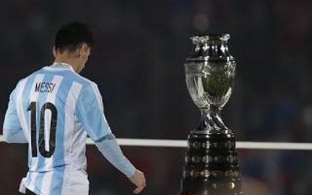 Messi rifiuta il premio come miglior giocatore della Coppa America! L'ennesimo fallimento con la maglia dell'albiceleste ha scosso visibilmente il fenomeno del Barcellona Leo Messi, che non riesce a vincere fuori dalla casacca blaugrana, tanto da rifiutare il premio  #messi #premio #coppaamerica