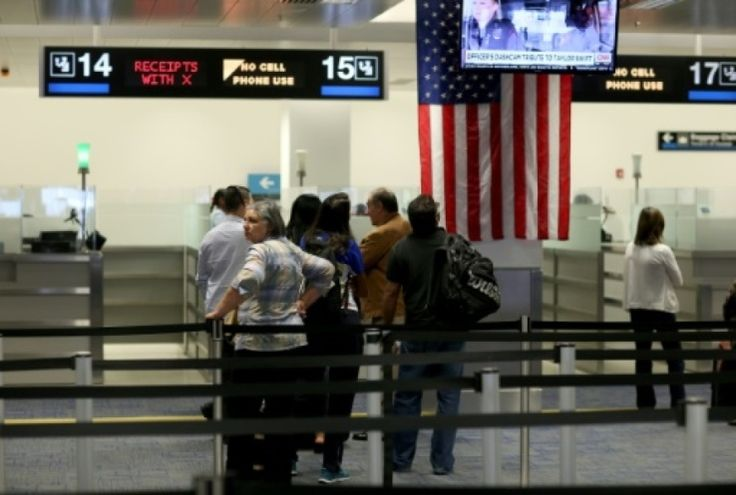 Après le décret du président américain Donald Trump sur l'immigration, une famille irakienne a été empêchée d'embarquer à bord d'un vol vers New York. Ce texte interdit l'entrée aux Etats-Unis aux ressortissants de sept pays musulmans, ont indiqué des responsables de l'aéroport. Un couple et leurs deux enfants qui avaient réservé des billets sur un vol de la compagnie EgyptAir ont été informés qu'ils ne pouvaient pas embarquer en raison des nouvelles ...