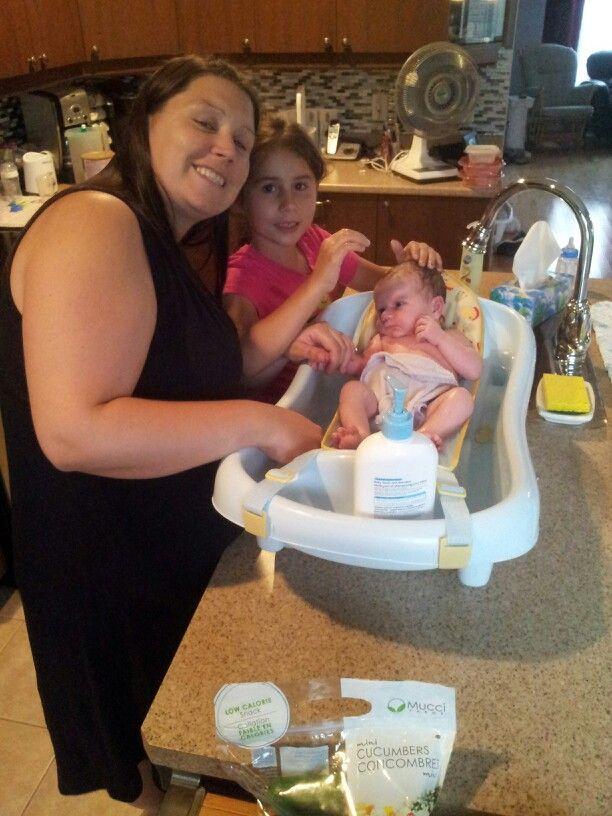 Babelle et princesse donnent le bain à bébé Arnaud
