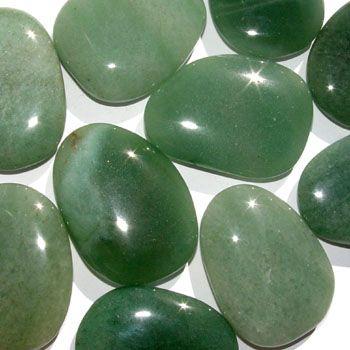AVENTURINA forma parte de la familia de los cuarzos. Es un cuarzo basto y de color verde que debe su apariencia chispeante al cromo del cual es cubierto.
