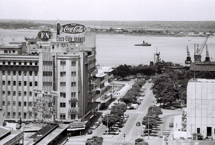 Vista da zona da Baixa de Lourenço Marques que inclui a esquina do Continental e do Scala, o prolongamento da Avenida D. Luiz até à Praça 7 de Março (actual 25 de Junho)