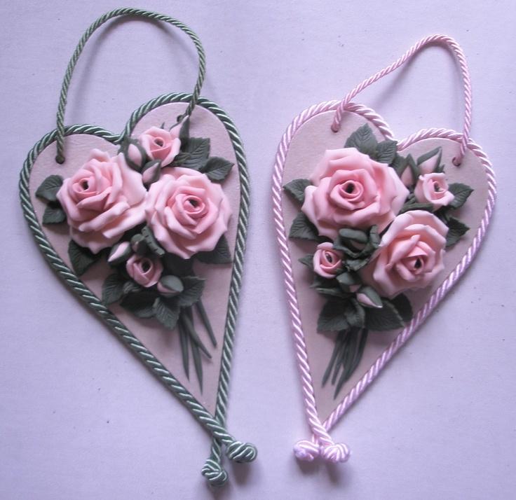Cuori lunghi con rose rosa in pasta di mais e sfondo madreperlato