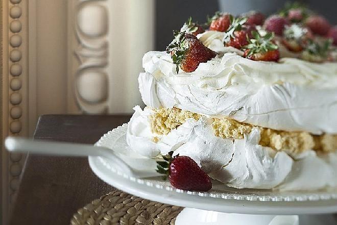 Tort bezowy Pavlova to jeden z najbardziej lubianych tortów. Nie dość, żejest przepyszny i wygląda wspaniale, to dość łatwo go zrobić. Podajemy przepis na ...