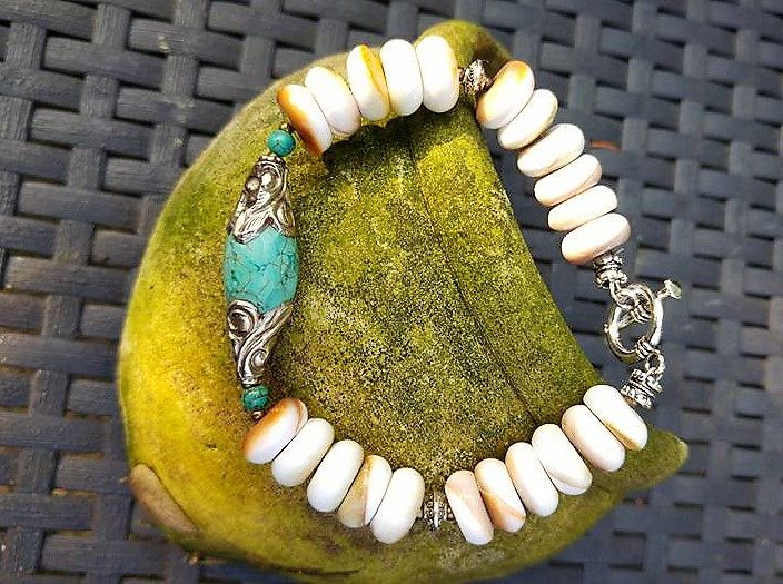 Super gave hand gemaakte armband gemaakt van schelp,Turkoois en hand gemaakte Tibetaanse kraal. door Rittiesjewelry op Etsy