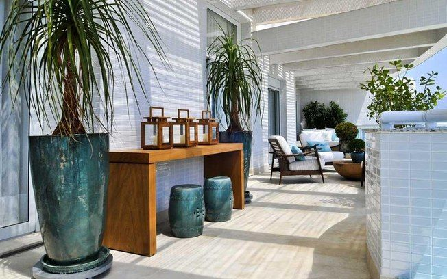 A arquiteta Débora Aguiar optou por uma varanda com sombra e usou plantas como a pata-de-elefante, a pleomele, a clúsia e o buchinho para destacar o ambiente. Foto: Divulgação