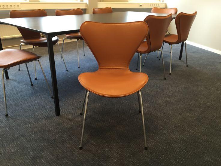 Designstolar från Fritz Hansen, modell 3107, även kallad Sjuanstolen.Formgiven av Arne Jacobsen 1955.