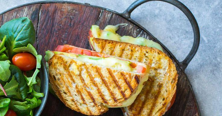 Ostesmørbrød, toast eller sandwich, kjært barn har mange navn. Toast er helt topp når du har lyst på noe digg som går raskt å lage. Denne oppskriften på varm sandwich med tomat, avokado og ost er enkel, rask og veldig god.