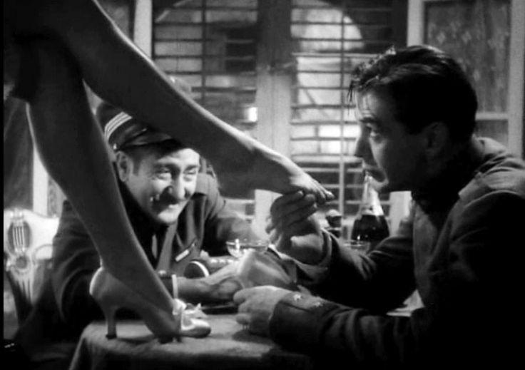 12. Adiós a las armas de Frank Borzage (1932) 6,6 punts a IMDb. Relat d'amor entre el tinent Frederic Henry (Gary Cooper) i la infermera Catherine Barkley a la Itàlia en guerra. Inclou també un al•legat antibel•licista a càrrec del tinent Henry.  Adaptació de la novel•la d'Ernest Hemigway.