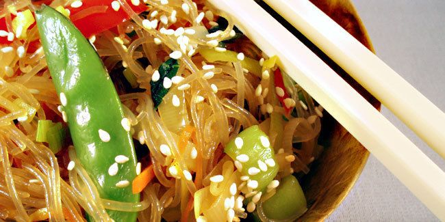 Jika umumnya kita mengenal aneka mie dari Cina dan juga Jepang, Korea pun punya mie yang khas.  Sepintas penyajiannya mirip dengan bihun goreng ala Cina namun dengan sayuran yang lebih beragam dan berwarna.  Japchae menggunakan mie khusus yang terbuat dari pati ubi, namun jika sulit menemukannya bisa menggunakan bihun yang terbuat dari beras.