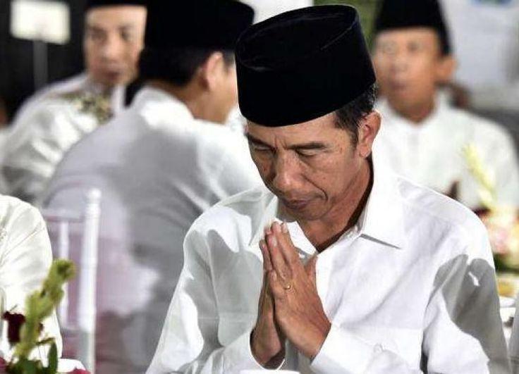 "Janganlah Saling Menghujat Fitnah dan Sebar Hoax Sebut Jokowi  KONFRONTASI -  Presiden Joko Widodo mengatakan agar masyarakat Indonesia tidak terjebak untuk saling menghujat fitnah hingga menyebarkan kabar ""hoax"" khususnya melalui media sosial melainkan produktif pada pembangunan bangsa.  ""Saling menyalahkan memfitnah membuat berita-berita hoax di media sosial. Ini ada hal-hal yang tidak produktif hal-hal yang tak memiliki kontribusi pada negara ini"" kata Jokowi dalam sambutannya saat…"