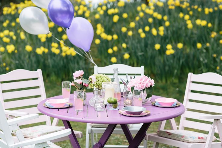 Get sky-high style with pretty pastel colours for an effortlessly elegant garden setting #flyingcolours #festivalofcolour