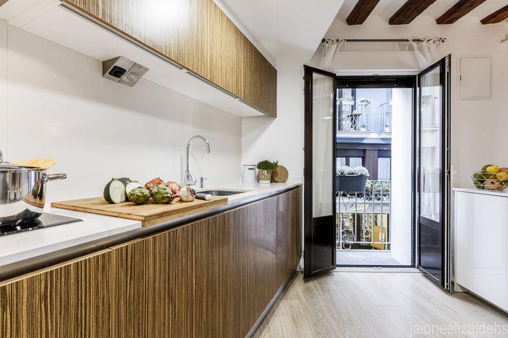 Cocina de madera con encimera blanca. Proyecto Home Staging.