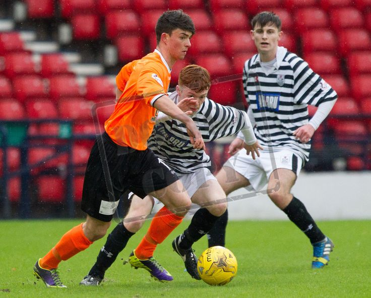 East Stirlingshire's Scott Ferries on the ball during the SPFL League Two game between Queen's Park and Elgin City.