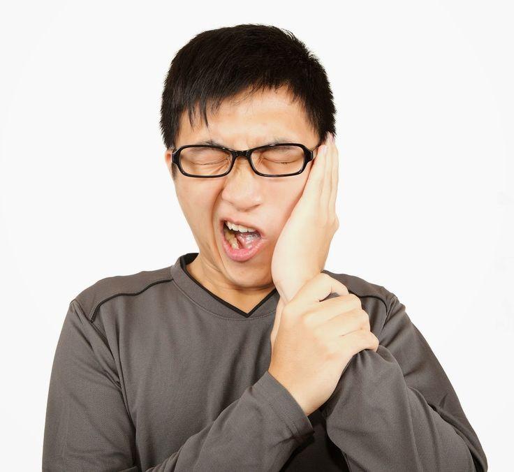 Algunas de las posibles razones para el dolor de muelas son: - La caries dental - Absceso - fractura de dientes - Un relleno dañado - Los movimientos repetitivos, tales como la goma de mascar o rechinar los dientes.