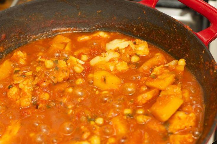 Verse Indiase curry (12 koolydraten waarvan 8 vezels) bereidings tijd 20-30 minuten. Alles verkrijgbaar bij de (ah) 50 gr ui in blokjes gesneden, ½ rode peper 75 gr Griekse yoghurt 200 gr Broccoli 60 gr tomaat 125 gr kipfilet in blokjes gesneden 75ml water 2 el olijfolie  Verse koriander gehakt 1 EL Kruiden: 1,5 EL Verse gember fijn gehakt 3 tenen knoflook gehakt  1,5 EL Djintan poeder ½ EL Anijszaad, 1 EL Cardamonpoeder 2,5 EL Kerrie masala,  1 blokje kipbouillon 1. Bak de kip in 1 EL olijf…