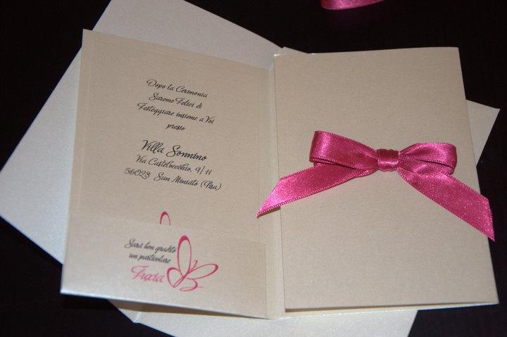 la mia partecipazione di nozze con fiocco fuxia e carta perlata, dettaglio interno