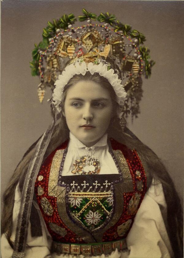 民族衣装bot @Minzokubot 14時間14時間前  1870年から1920年頃、ノルウェー、ハルダンゲル地方、Solveig Lundnによって撮影されたコレクションの内の1枚。華やかな王冠は花嫁衣装で真鍮や銀製で、教区協会や裕福な家庭から貸し出されることもあった。