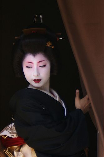 Kimika had her Erikae, or her debut as a geiko, in which she visited okiya (geisha houses), ochaya (tea houses), and local stores to thank everyone for their support.