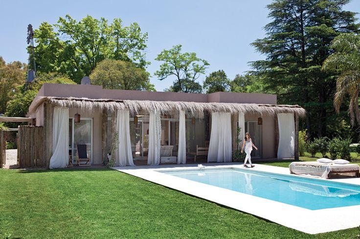 Una casa con onda bohemia chic  El arquitecto Enrique Cordeyro fue el encargado de diseñar la vivienda de la interiorista Florencia Pichon Rivière con un sector de showroom donde se exhiben y venden muebles, textiles y objetos de deco que, por supuesto, son los mismos que visten su mundo privado Foto:Santiago Ciuffo