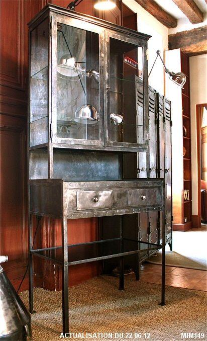 Vitrine de pharmacien vers 1920, modèle rare comprenant une partie basse en console( deux tiroirs )et une partie haute en vitrine (deux vantaux), entièrement rivetée, belle corniche, verrouillage par clef, opalines noires, métal brut graphite et verre clair.
