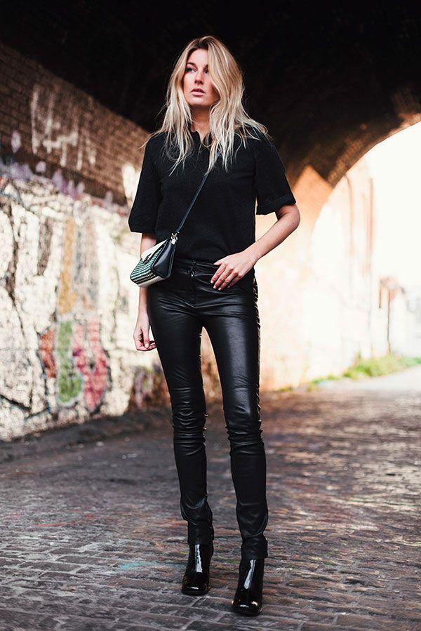 Street style look total black com calça resinada, bota verniz e bolsa…