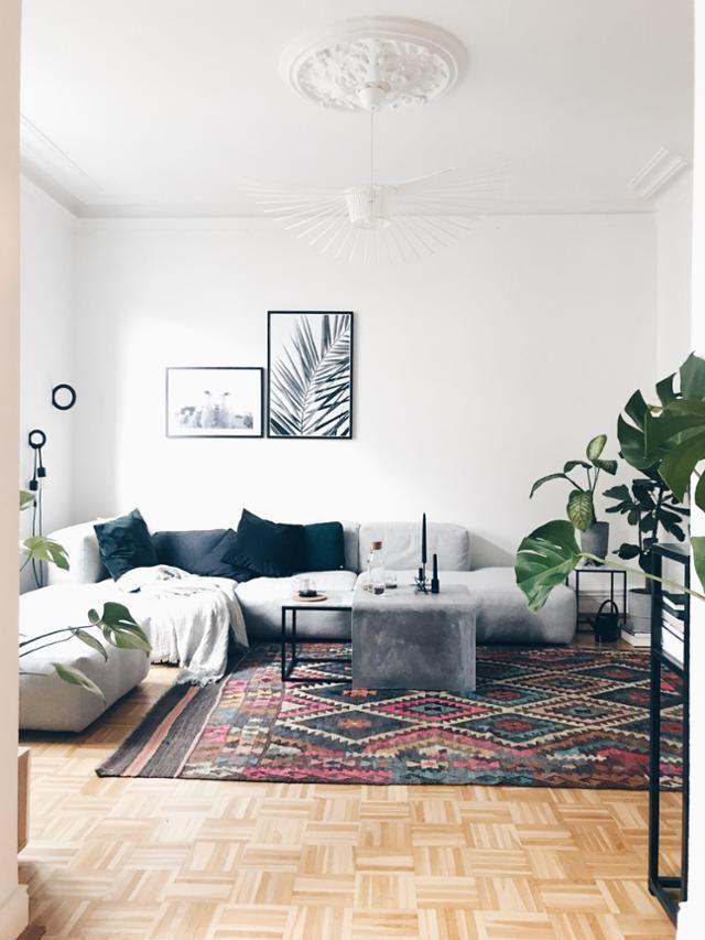 Wohnzimmer im Vintage-Stil mit skandinavischen Elementen. #parkett #teppich #kelim #interior #wohnzimmer #wohnen #wohnideen #monstera #weiß #altbau #COUCHstyle