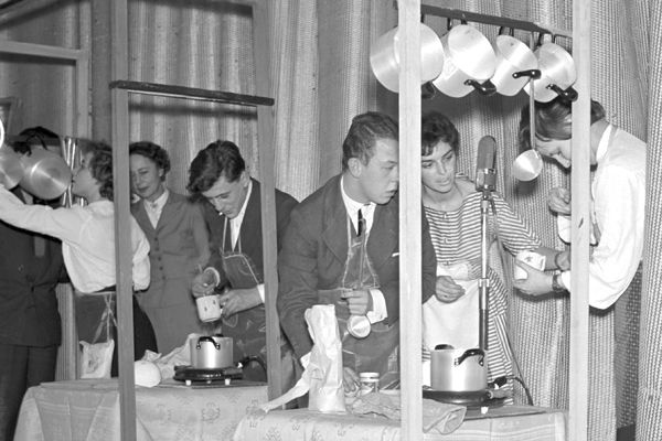 """Teleturniej dla młodzieży """"Gospodarstwo domowe - to też sztuka"""" (1962) Fot. Zygmunt Januszewski"""