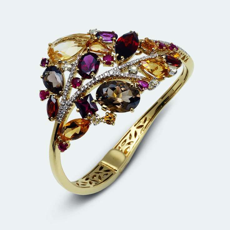 Gold and precious stones come together in refined or simple compositions, elegant in their graceful discretion