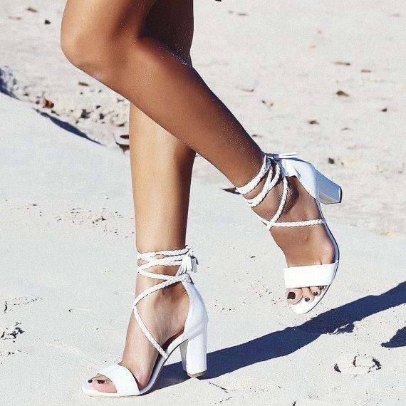 Casas de cuero a medida, corbatas trenzadas, zapatos de novia Boho, zapatos de boda, Boho, boda en la playa: sandalias de paz y amor   – Hochzeit