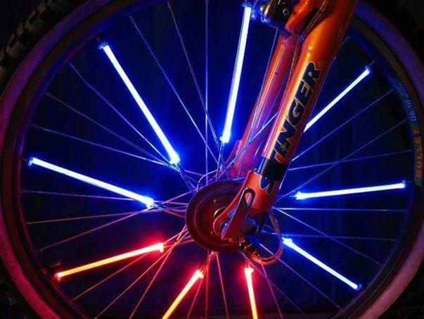 Если у вас есть светящиеся палочки, то из них можно сделать оригинальную подсветку для вашего байка. Надломите палочки и прикрепите к спицам велосипеда с помощью скотча. Когда потемнеет, ваш велосипед станет самым крутым на дороге, благодаря свету, исходя