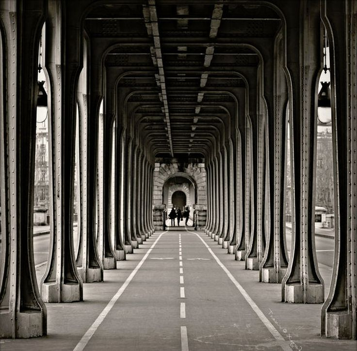 Sous le pont de Bir Hakeim. Perfect mastery of framing and perspective under the Parisian bridge of Bir Hakeim. ©  Vincent Fargeix