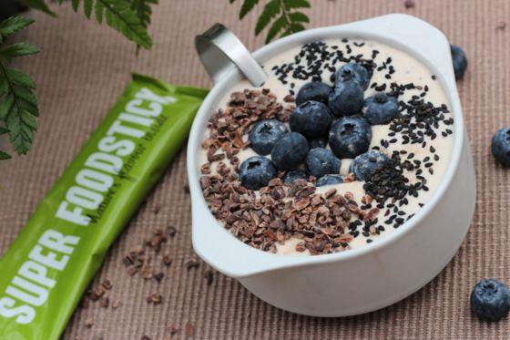 recept vanille smoothie in a bowl met cacao nibs blauwe bessen chia zaad superfoods