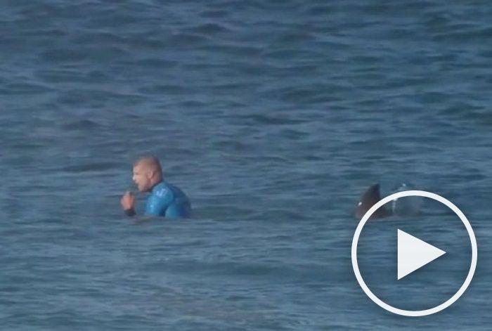 Imaginile virale au fost surprinse in timpul competitiei.Jeffreys Bay, surfer profesionist din Africa de Sud a  fost atacat de un rechin in timpul unei competitiei de surf.