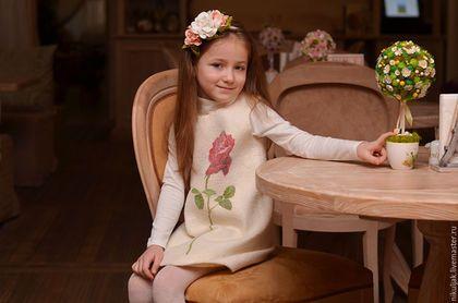 Купить или заказать Платье валяное Имя Роза в интернет-магазине на Ярмарке Мастеров. Роза — королева цветов, одно из лучших, самых гармоничных и притягательных произведений, созданных природой. А сколько удивительных творений увидело свет благодаря дизайнерам и мастерам, вдохновившимся красотой роз! Валяное платье из натурального шелка с рисунком в стиле батик, которое подойдет для принцесс, барышень и королев. Авторская ручная работа!